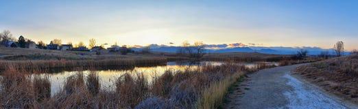 Vistas de la trayectoria que camina de la charca de Josh's, de la puesta del sol reflectora en Broomfield Colorado rodeado por  imágenes de archivo libres de regalías