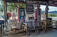 Vistas de las decoraciones de la ruta 66 en el pequeño pueblo en Arizona, concepto del alcohol de América Imágenes de archivo libres de regalías