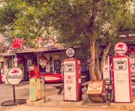 Vistas de las decoraciones de la ruta 66 en el pequeño pueblo en Arizona, concepto del alcohol de América Imagen de archivo libre de regalías