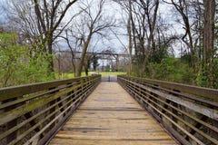 Vistas de puentes y de caminos a lo largo de Shelby Bottoms Greenway y de los rastros naturales del ataque frontal del río Cumber imagen de archivo libre de regalías