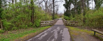 Vistas de puentes y de caminos a lo largo de Shelby Bottoms Greenway y de los rastros naturales del ataque frontal del r?o Cumber fotografía de archivo libre de regalías