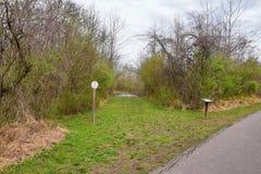 Vistas de puentes y de caminos a lo largo de Shelby Bottoms Greenway y de los rastros naturales del ataque frontal del r?o Cumber foto de archivo libre de regalías
