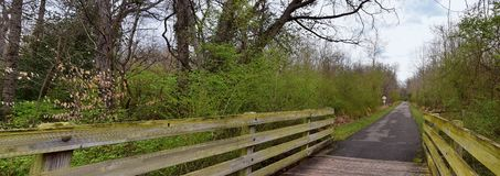 Vistas de puentes y de caminos a lo largo de Shelby Bottoms Greenway y de los rastros naturales del ataque frontal del r?o Cumber imágenes de archivo libres de regalías