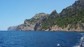 Vistas del mar y de las monta?as mientras que navega con la nave entre el puerto de Sa Calobra y el puerto de Soller