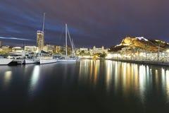 Vistas del puerto de Alicante y de la ciudad durante un invierno frío imagenes de archivo