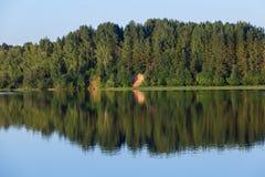 Vistas del río y del bosque en los bancos Fotografía de archivo