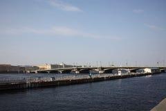 Vistas del río y del puente fotos de archivo libres de regalías