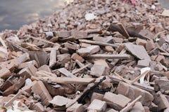 Vistas del soporte de ladrillos quebrados de la casa destruida Imágenes de archivo libres de regalías