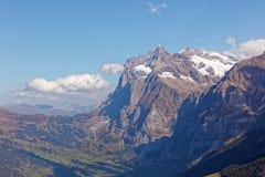Vistas del valle de Grindelwald y del macizo de Wetterhorn del restaurante de Grindelwaldblick imagen de archivo