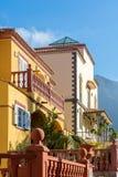 Vistas delanteras de dos edificios residenciales hermosos en el estilo mediterráneo fotos de archivo libres de regalías