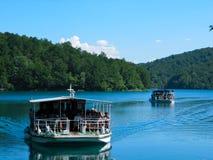 Vistas do barco de rio dois que flutua no lago nos lagos Plitvice do parque nacional, Cro?cia imagens de stock royalty free