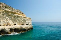 Vistas dos penhascos brancos da pedra calcária e do Oceano Atlântico perto da vila de Benagil, distrito Faro, o Algarve, Portugal Imagens de Stock