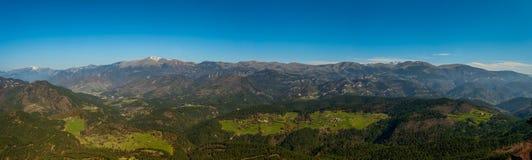 Vistas dos Pyrenees de Pedra de Tubau fotografia de stock