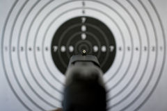 Vistas e alvo do revólver foto de stock