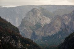 Vistas espetaculares à cachoeira de Yosemite no nacional de Yosemite Foto de Stock
