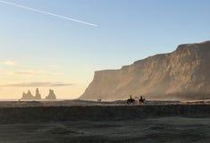 Vistas espetaculares das praias pretas da areia de Islândia imagens de stock