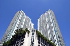 Vistas exteriores de torres luxuosas modernas do condomínio em Miami, Florida fotos de stock royalty free