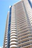 Vistas exteriores de un edificio alto de gran altura de lujo de la propiedad horizontal Fotografía de archivo libre de regalías