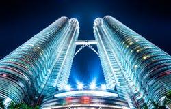 Vistas inferiores das torres gêmeas em Kuala Lumpur, Malásia Fotografia de Stock