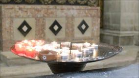 Vistas interiores de una iglesia local en Lisboa, Portugal almacen de video