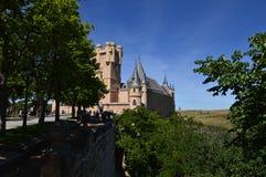 Vistas maravilhosas do castelo do Alcazar atrás de um bosque em Segovia Arquitetura, curso, história fotografia de stock