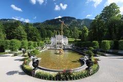 Vistas notáveis do parque bonito perto de um alojamento de caça real Linderkhof foto de stock royalty free