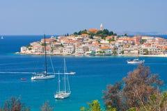 Vistas panorámicas de la costa croata, Primosten cerca de Sibenik, Croacia Imagen de archivo libre de regalías