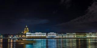 Vistas panorámicas del río Neva al terraplén de la universidad Fotografía de archivo