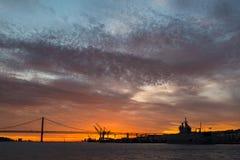 Vistas panorámicas del río Tagus, del puente 25 de abril Lisboa y del puerto en la puesta del sol de la nave, Portugal Fotografía de archivo libre de regalías
