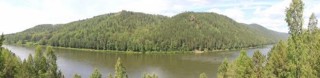 Vistas panorámicas del río y del taiga Foto de archivo libre de regalías