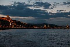 Vistas panorâmicas de pontes da noite através de Danúbio com iluminação imagem de stock royalty free