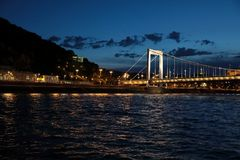 Vistas panorâmicas de pontes da noite através de Danúbio com iluminação imagens de stock