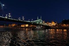 Vistas panorâmicas de pontes da noite através de Danúbio com iluminação foto de stock