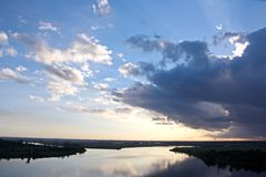 Vistas panorâmicas do litoral no rio Neches no tempo do dia e da noite contra o céu azul, as nuvens e o por do sol fotografia de stock royalty free
