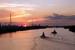 Vistas panorâmicas do litoral no rio Neches no tempo do dia e da noite contra o céu azul, as nuvens e o por do sol fotos de stock royalty free