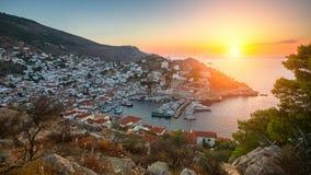 Vistas panorámicas del puerto deportivo en la isla del Hydra durante el Mar Egeo de la puesta del sol Imagenes de archivo