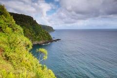 Vistas para o mar e penhascos da estrada de Hana foto de stock royalty free