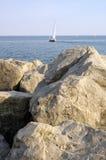 Vistas rocosas 2 del barco de vela imagen de archivo libre de regalías