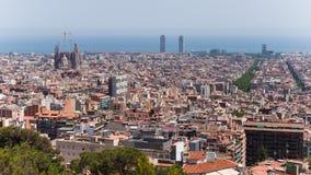 Vistas sobre Barcelona do guell do parque nas montanhas Foto de Stock