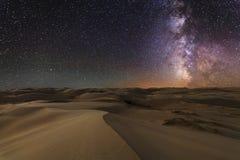 Vistas surpreendentes do deserto de Gobi sob o céu estrelado foto de stock