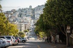 Vistas a una del en declive de la calle de Lombardt en San Francisco, California, los E.E.U.U. fotografía de archivo