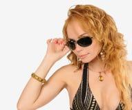 Vistazo hermoso sobre las gafas de sol imagen de archivo libre de regalías