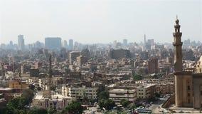 Viste ampe attraverso Il Cairo dalla cittadella Moschea del sultano Hassan stock footage