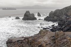 Viste costiere dal Land's End verso lo stretto di Golden Gate un giorno di inverno fotografie stock libere da diritti