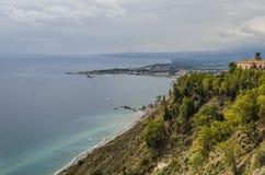 Viste dalla montagna delle spiagge siciliane immagini stock