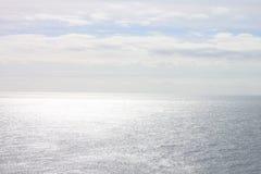 Viste dalla scogliera, dall'orizzonte, dal cielo e dall'oceano Fotografia Stock Libera da Diritti