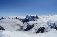 Viste dalle alpi del francese di Aiguille du Midi, delle montagne e delle nuvole Fotografie Stock