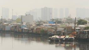 Viste dei bassifondi del ` s della città dal fiume 3 stock footage