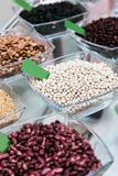 Viste dei fagioli e dei cereali sulla tavola nella cucina Immagine Stock Libera da Diritti
