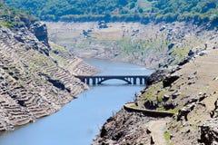 Viste del bacino idrico di Belesar nel fiume di Minho Immagini Stock